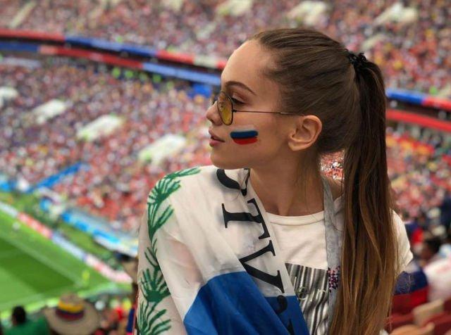 Suporter Rusia ini mengabadikan momen saat mendukung tim kesayangannya bergaya ala selebgram