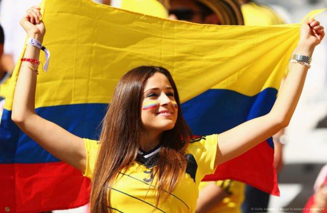 Wajah cantik dan kulit halusnya nggak takut tersengat matahari kala mendukung Tim Kolumbia bermain.