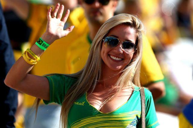 Dengan mengenakan kacamata dan jersey Brazil, wanita cantik ini siap untuk mendukung negaranya bertanding.