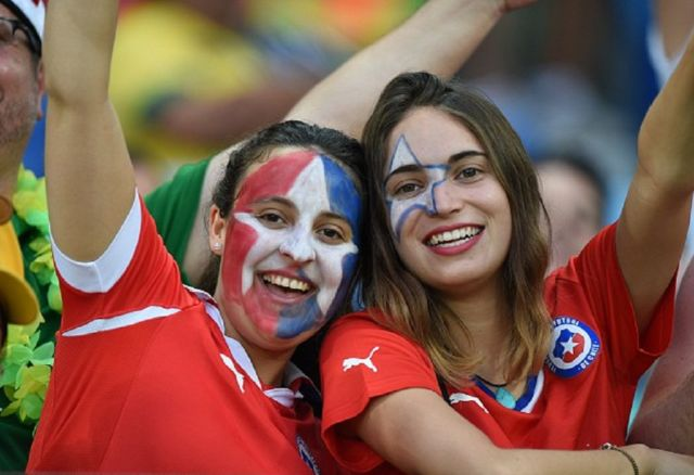 Suporter cantik timnas Kostarika ini rela mengecat wajah cantiknya untuk mendukung negaranya bertanding.