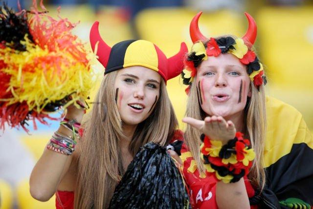 Wanita - wanita cantik ini rela mengenakan atribut khas negara Belgia saat pertandingan.