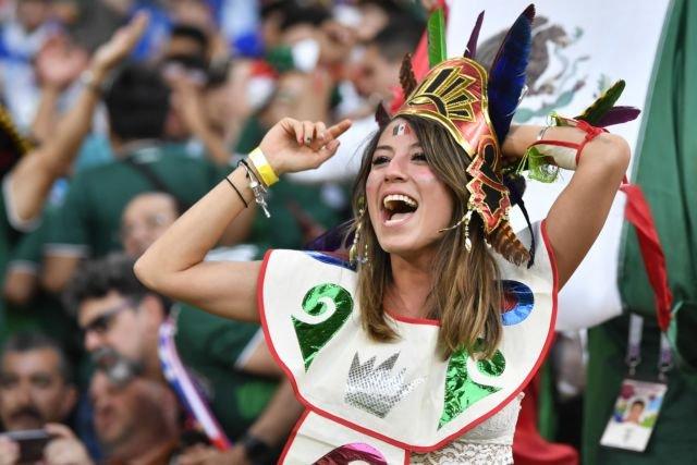 wanita cantik ini sangat pede dengan atribut khas negara Meksiko saat Piala Dunia 2018