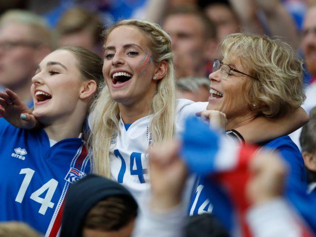 Suporter Islandia ini mendukung timnasnya bersama keluarga.