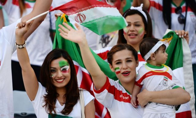 Ibu cantik ini rela membawa anaknya saat mendukung negara Iran berlaga di Piala Dunia 2018