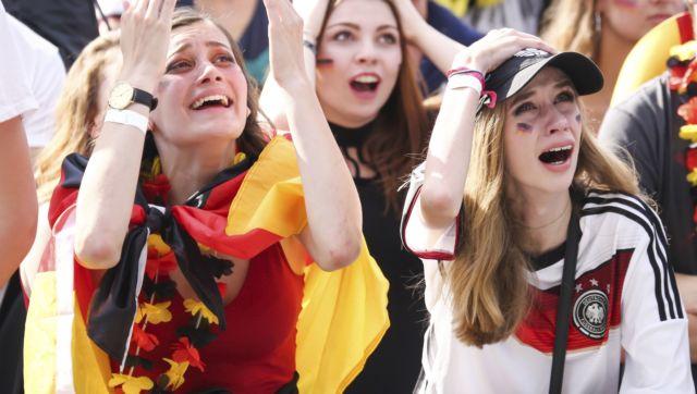 Saking cintanya terhadap timnas Jerman, para wanita cantik ini ikut menangis saat Jerman gagal di fae penyisihan.