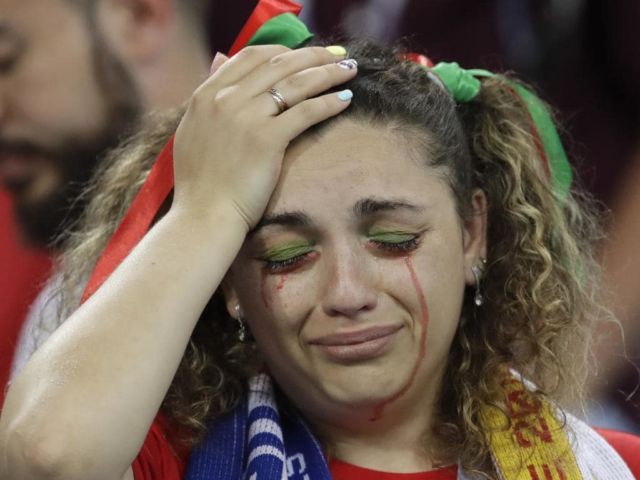 Suporter Portugal ini sedih saat Portugal kalah melawan Uruguay.