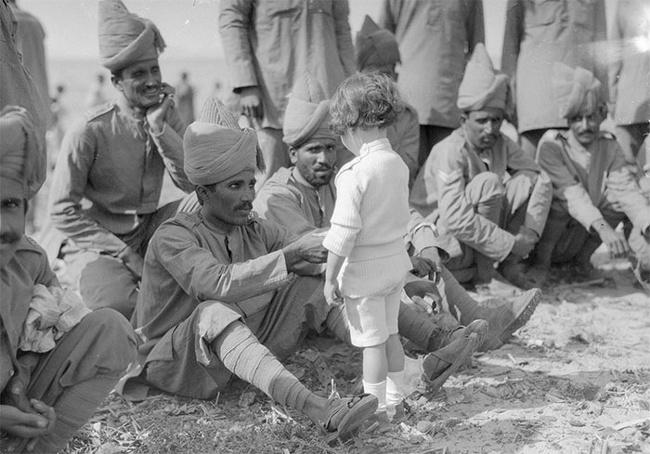 Sementara itu bocah ini sedang bersalaman kepada tentara India yang bertugas untuk Perancis di Marseilles pada 30 September 1914.