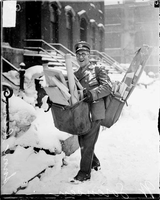 Wajah ceria pak pos yang sedang mengirimkan surat-surat di musim dingin.