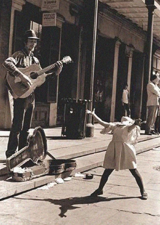 Aksi musisi jalanan dan seorang gadis kecil yang bernyanyi penuh keceriaan.