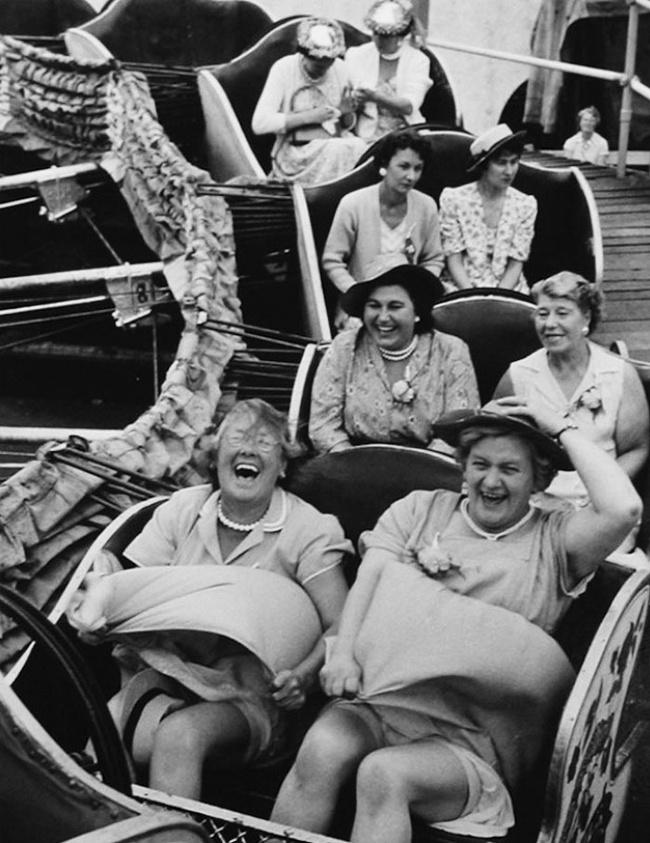 Para ibu-ibu nampak gembira mencoba roller coaster di London tahun 1958. Itu dia Pulsker beberapa foto hitam putih paling epik di masa lalu. Dari foto-foto inilah kita juga bisa belajar sejarah.