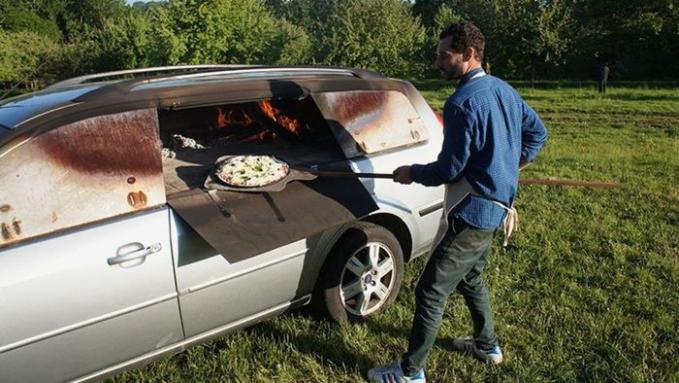 Mobil van disulap menjadi oven Pizza