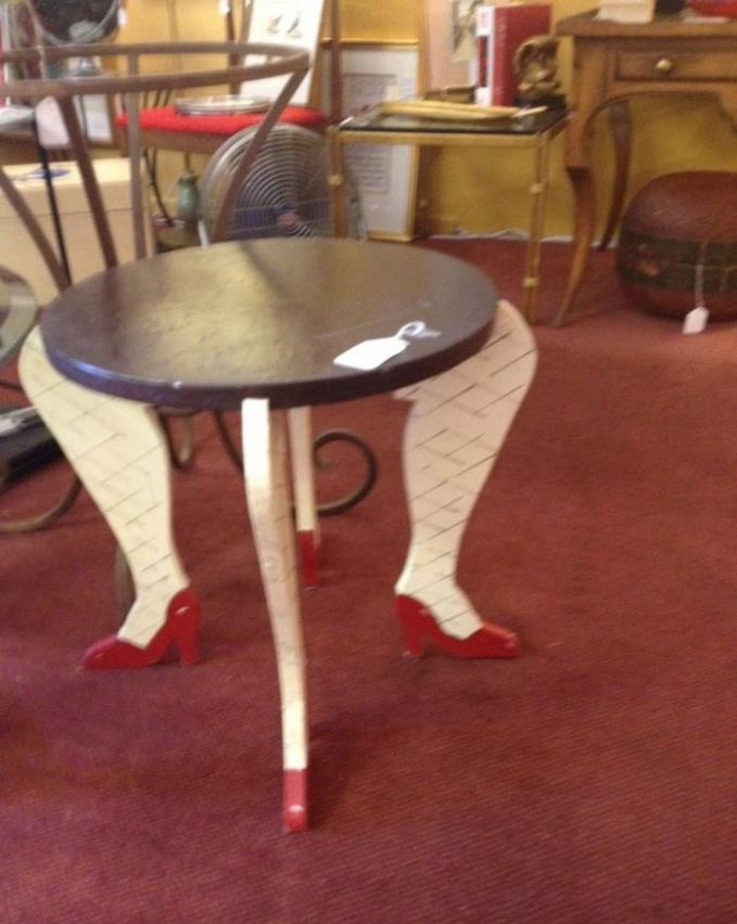 Kaki-kaki penopang meja dengan bentuk betis wanita lengkap dengan stocking dan sepatu berhak tinggi.