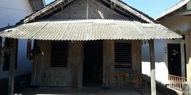 Rumahnya sanagt sederhana Rumah yang dia tinggali untuk berlindung adalah rumah yang jauh dari kata bagus.