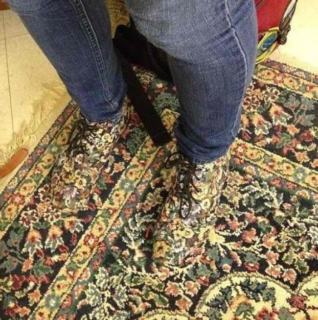 Mungkin karpet dan sepatu ini satu produsen.