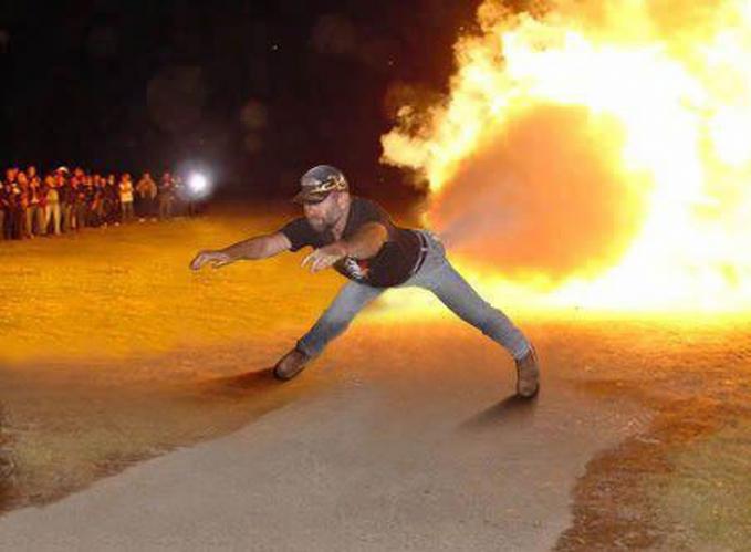 Buuuzzzz..kentutnya keluar api!!