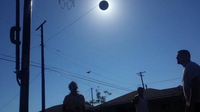 Ini bola basket atau gerhana matahari? Ada yang bisa nebak?
