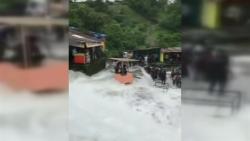 MENGERIKAN, Banjir Bandang Menerjang sebuah desa