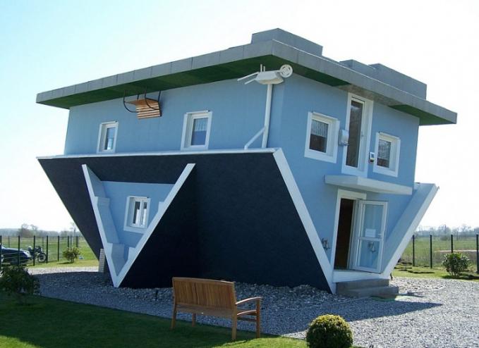 Rumah kebalik Hanya luarnya saja yang terbalik tapi dalamnya normal aja .