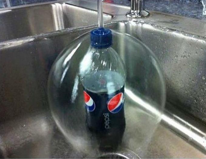 Botolnya seolah berada di dalam sebuah bola air.