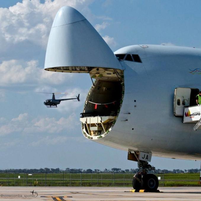 Helikopternya nggak keluar dari pesawat, tapi kebetulan lagi lewat di dekat pesawat jadi deh refleksi gambar unik kayak gini.