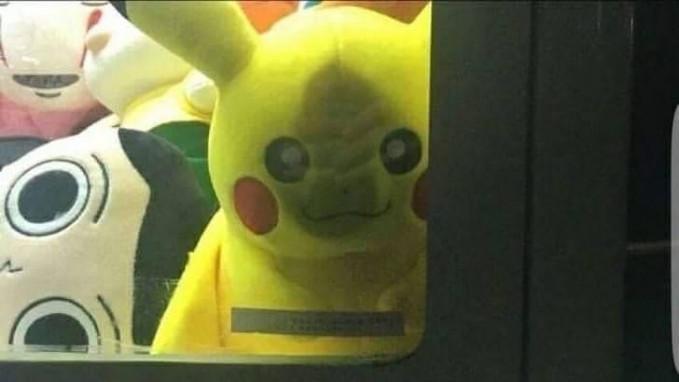 Coba deh kalian amati, wajah Pikachunya nggak imut justru bikin merinding siapa saja yang ngeliat.