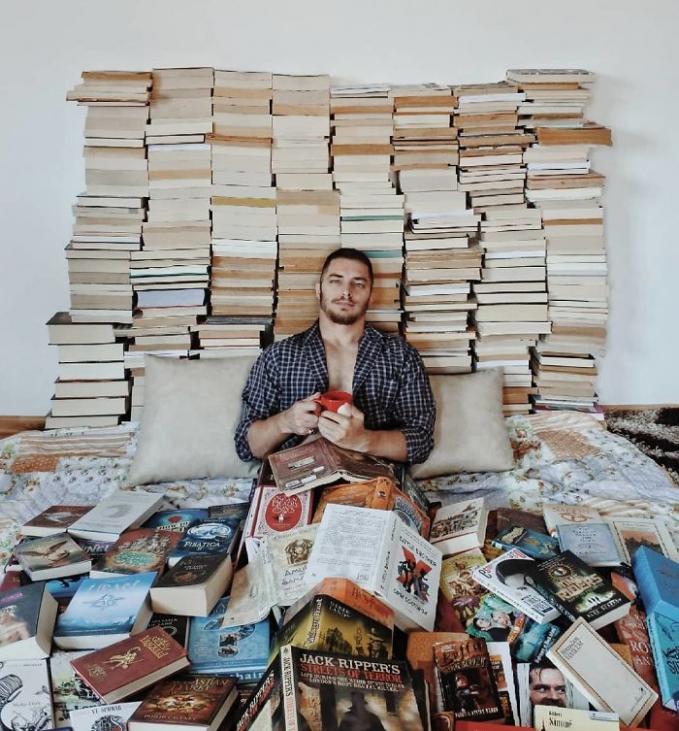 Pasti bikin para pecinta buku seantero dunia ngiri ngeliat buku koleksi James ini.