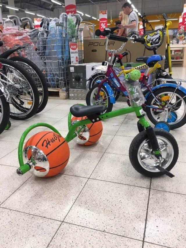 Kreatif banget nih yang modifikasi sepedanya. Nggak ada roda pakai bola basket pun jadi.