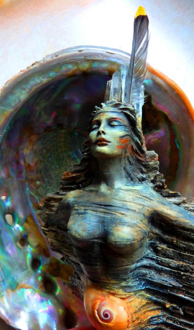 Seorang dewi kahyangan dengan mahkota bulu burung kebesarannya.