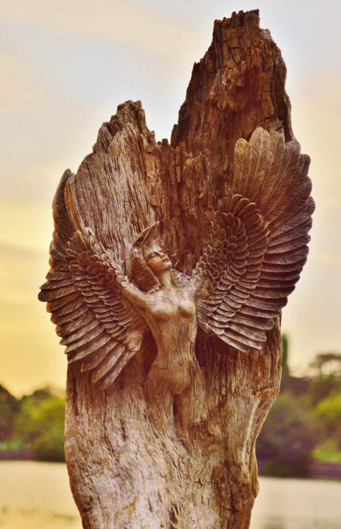 Apalagi patung wanita bersayap ini Pulsker, sayapnya nampak nyata banget.