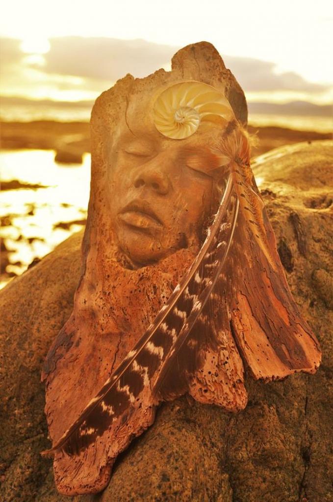 Terkena cahaya matahari jadi makin keren deh patungnya.