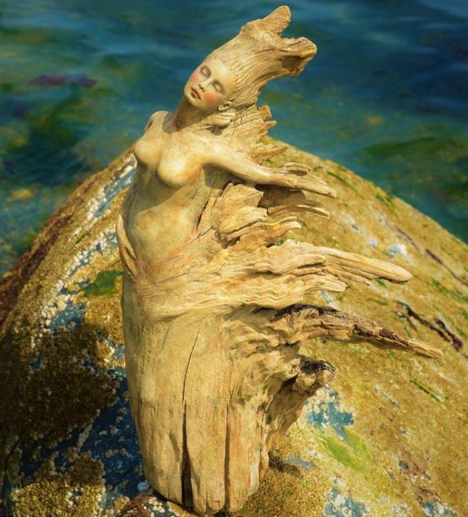Gimana, keren-keren kan Pulsker bentuk patung dari kayu karya Debra Bernier ini?