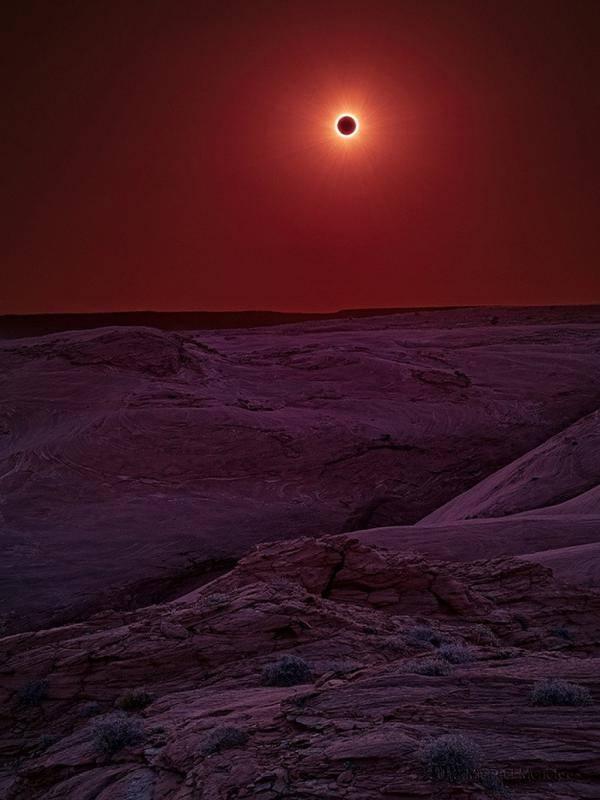 Betapa cantiknya gerhana bulan yang terjadi di tengah gurun ini.