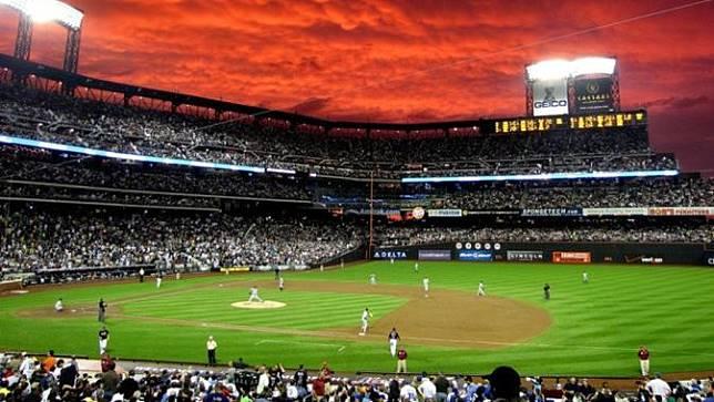 Langit yang tiba-tiba berwarna merah di tengah pertandingan sepakbola.