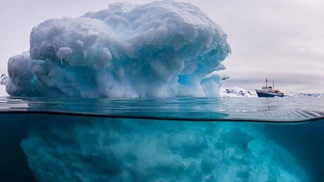 Inilah bentik dari gunung es yang ada di tengah lautan.