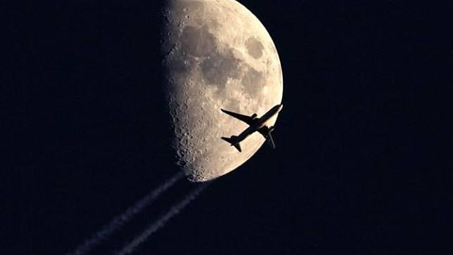 Pesawat yang terbang menembus angkasa.