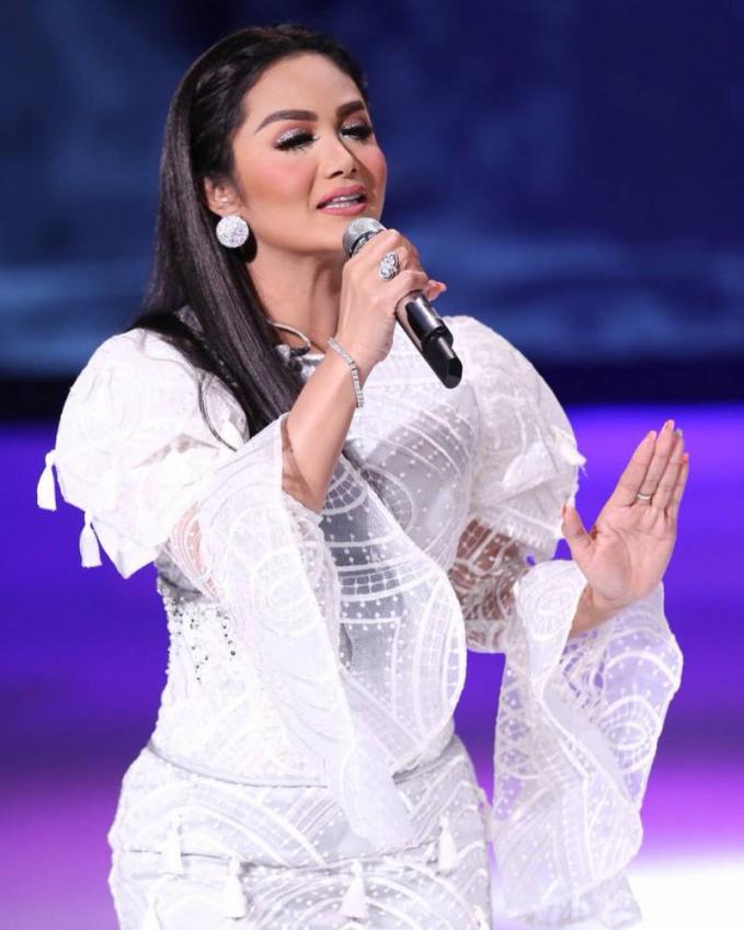 Krisdayanti Selain Agnes Mo, Krisdayanti yang masih menyandang predikat Diva Indonesia, ini sekali manggung honornya mencapai 60 juta Rupiah