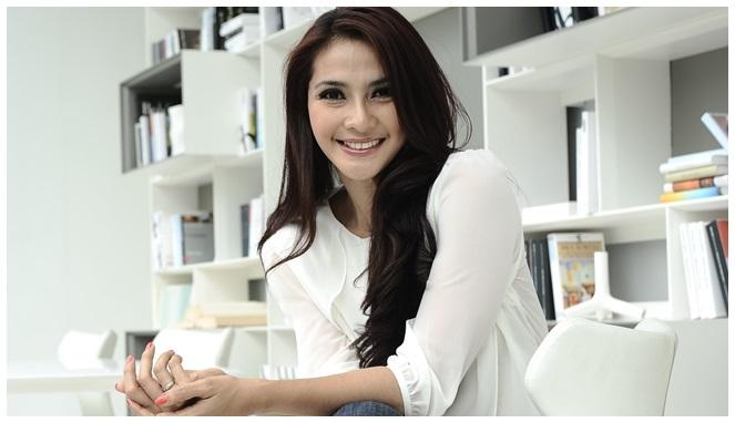 Mentan putri Indonesia ini memang memiliki kecantikan yang abadi. Dari dulu wajahnya tidak berubah dan tetap mempesona.