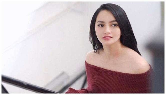 Memiliki rambut yang hitam legam ditambah kecantikannya yang natural membuat Ririn Ekowati sangat mencerminkan kecantikan wanita Indonesia.