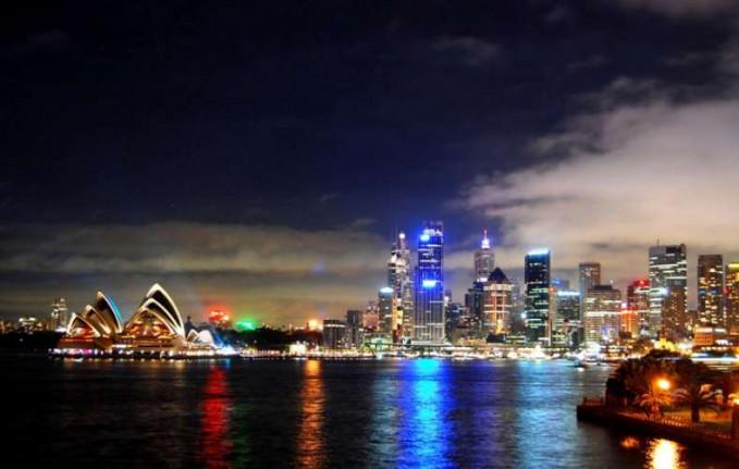 Sidney Sebagai salah satu kota terbesar di Australia, Sidney paling terkenal dengan perumahan Opera House yang Ikonik. Sebagian besar wilayah ini juga dikelilingi oleh air. Memberikan unsur lain yang menakjubkan dalam hal pemandangan. Kehidupan di tepi sungai ini lazim di Sidney, yang membuat pemandangan malam hari lebih berkesan.