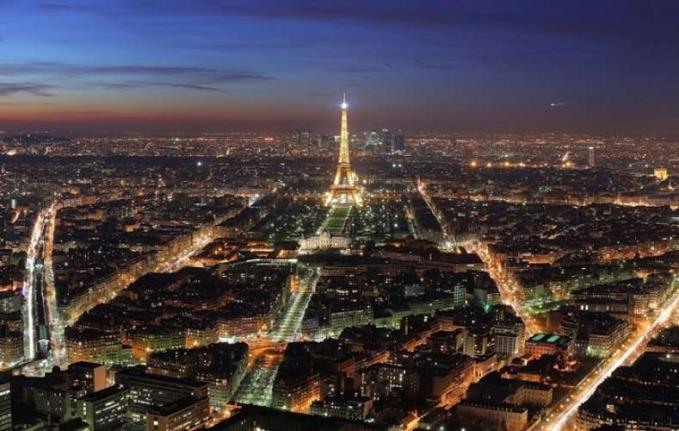 Paris Paris kota paling romantis di dunia. Dengan menara eifel yang menyala di malam hari menambah keindahan kota yang memang sangat indah.