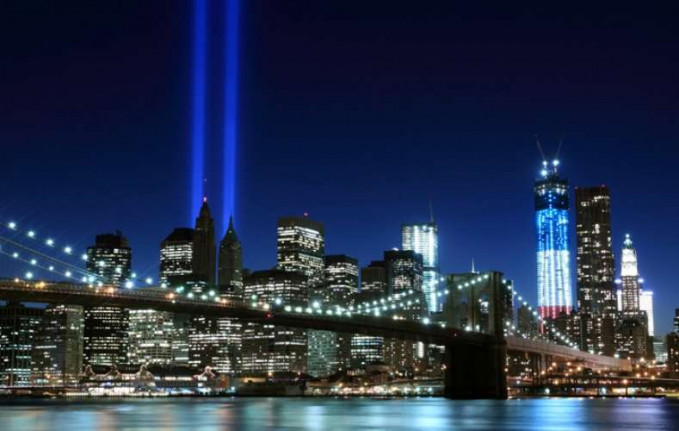 Kota yang tak pernah tidur. Ada banyak hal yang dilakukan di NYC, terutama di malam hari. Kamu juga akan kesulitan untuk menemukan tempat dengan gedung pencakar langit dan bangunan lain yang lebih indah dari New York.