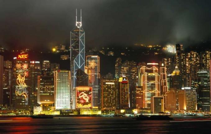 Hongkong Ibu kota China, berpenduduk padat dan sangat gemerlap. Cukup mbanggakan karena dikenal sebagai pusat keuangan global utama dan terkenal dengan Cakrawala bertabur menara, mirip dengan New York Hongkong juga punya sesuatu yang bisa ditawarkan pada malam hari.