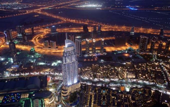 Dubai Bisa dibilang Dubai memiliki bangunan yang paling indah di dunia. Arsitektur di kota ini tidak perlu diragukan lagi. Futuristik dan terdepan dalam hal waktu. Selain struktur modern,juga terkenal dengan tempat perbelanjaan mewah dan pemandangan kehidupan malamnya yang semarak.