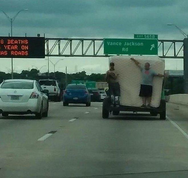 Walaupun ada peringatan untuk berhati-hati di jalan raya pada running text di sebelahnya, dua orang ini malah ingin bertaruh nyawa di jalanan.