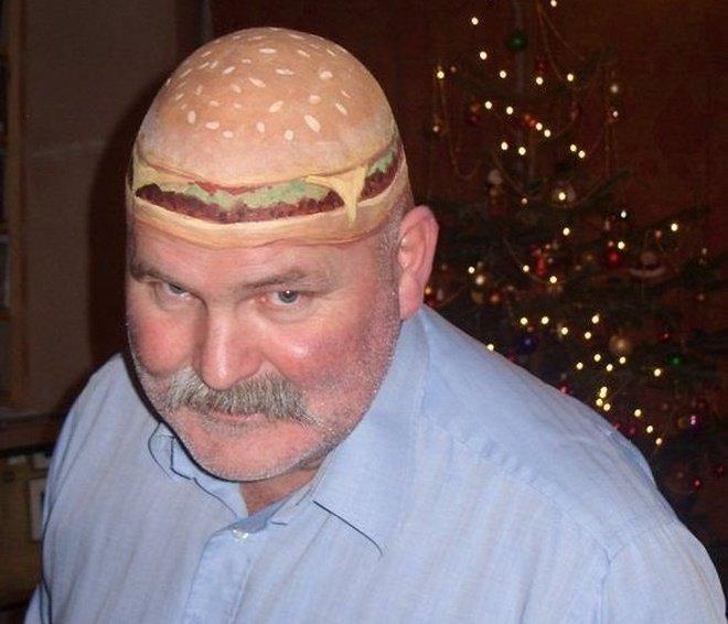 Pria botak berkepala burger ini pasti lagi menyambut pesta Halloween kan?