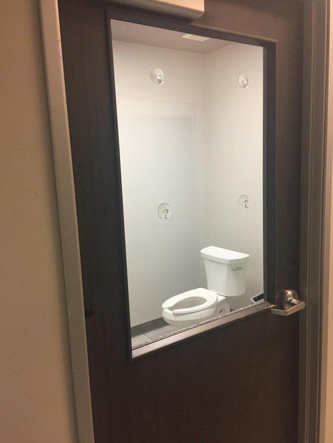 Kok bisa sih ada toilet dengan pintu kaca transparan kaya gini?