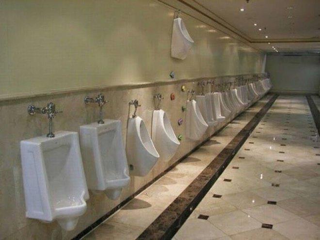 Apa yang aneh? Ternyata ada toilet buat buang air kecil di atas. Konyol banget kan?