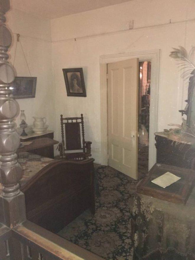 Sepintas hanya penampakan ruangan dalam rumah tua yang isinya biasa aja. Tapi kalau kamu sadar, ada yang ngintip dari balik pintu lho!