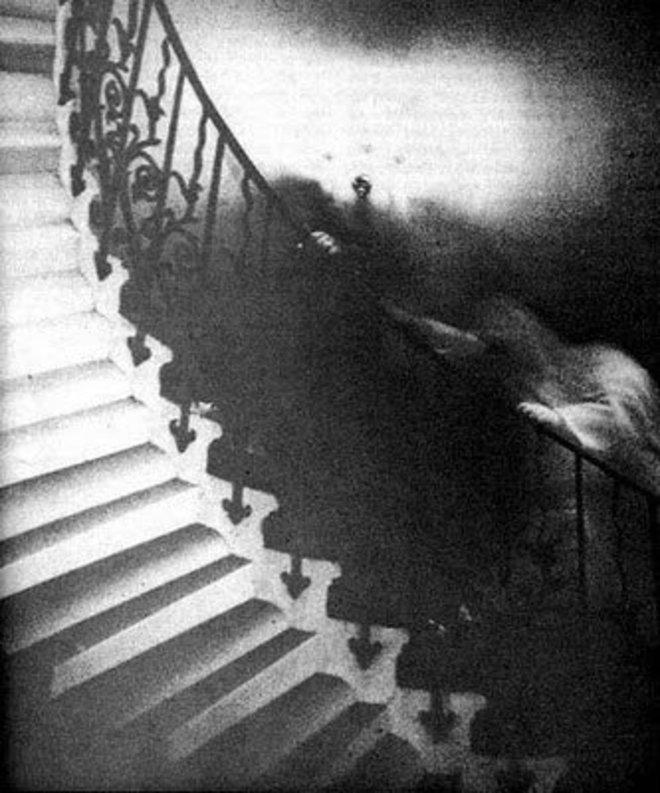 Secara nggak sengaja bayangan putih ini seperti berpegangan dan ingin naik tangga.