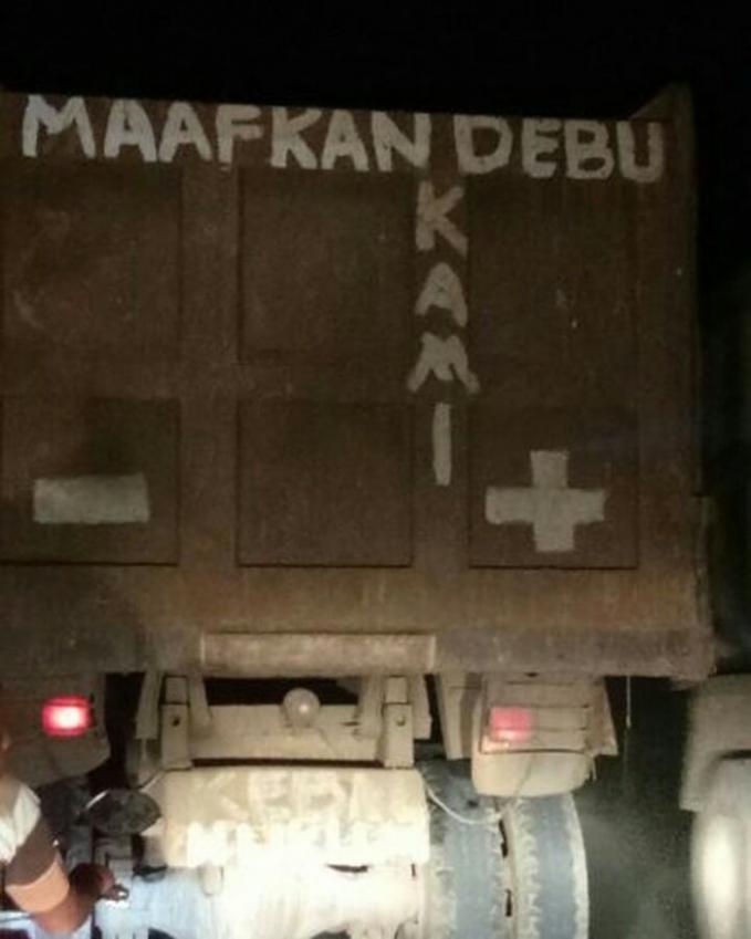 Baru kali ini lihat truk yang mengangut pasir minta maaf. Jadi terharu deh.